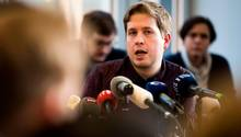 Kevin Kühnert spricht in mehrere Mikrofone