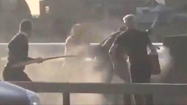 In einem Video ist zu sehen,wie mehrere mutige Passanten den Attentäter auf der London Bridge stoppen