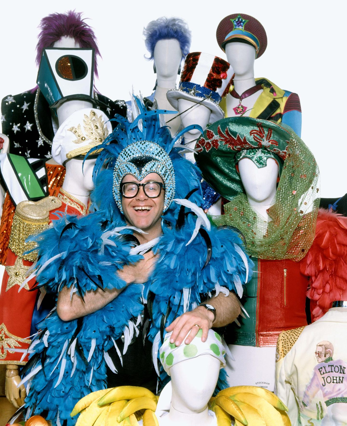 Elton John in einem blauen Federkostüm