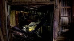 Mit der Tür ins Haus: Das Goggomobil Coupé TS 250, von 1957 bis 1964 mit hinten angeschlagenen Türen gebaut, bleibt standhaft und trotzt den Trümmern. Bisher jedenfalls, denn ihm wie uns drohte der Einsturz von oben oder nach unten.