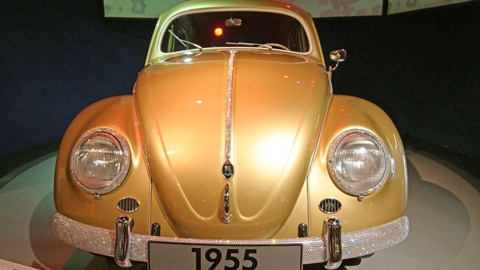 """Der zweiteilige Roman """"Eine Familiengeschichte"""" endet mit diesem Auto: dem eine millionsten VW-Käfer, der 1955 in Wolfsburg vom Band rollte."""