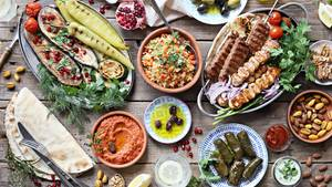 """Platz 4: Griechenland  Souvlaki, Kebabs, gefüllte Weinblätter, Oliven, Gyros, griechischer Joghurt. Über die griechische Küche kann man vieles sagen, manmuss sie aber probieren, um zu verstehen, wie großartig sie ist. Fine Dining? Gibt's in Athen beispielsweise imZwei-Sterne-Restaurant """"Spondi"""" oder im Sterne-Restaurant Varoulko Seaside."""