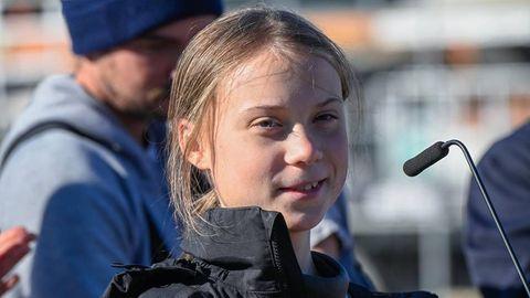 Greta Thunberg vor einem Mikrofon