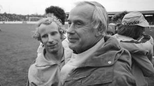 Hennes Wesiweiler mit Berti Vogts im Jahr 1975 nach einem Spiel im Uefa-Cup gegen Twente Enschede