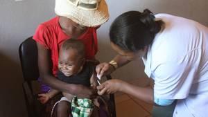 Ein Baby wird in einem Gesundheitszentrum im Süden Madagaskars gegen Masern geimpft