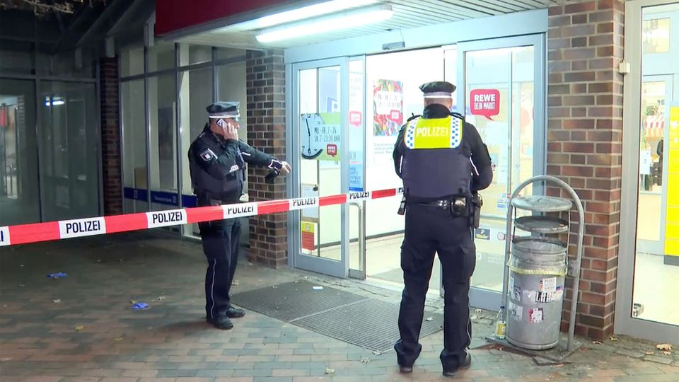 Hamburg: Messerangriff in Rewe-Supermarkt: Täter flüchtig