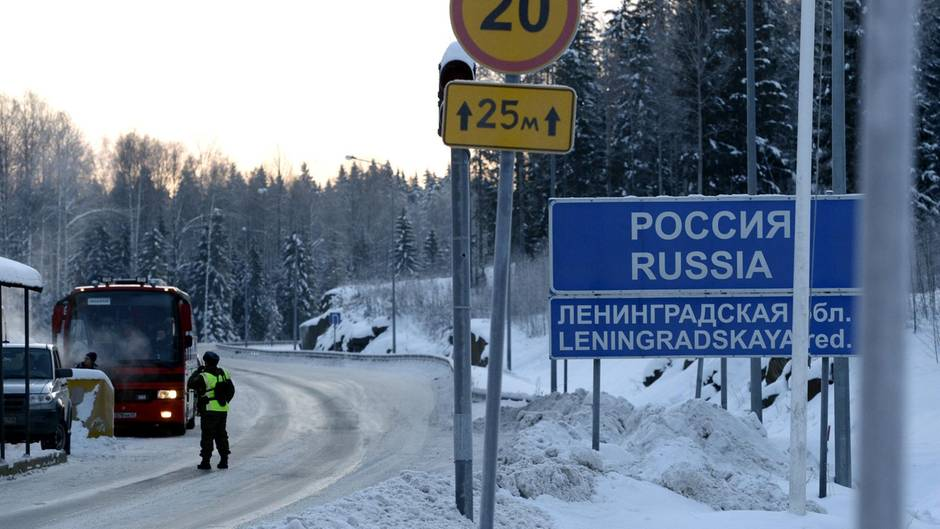 Ein Schild markiert die Grenze zwischen Russland und Finnland.