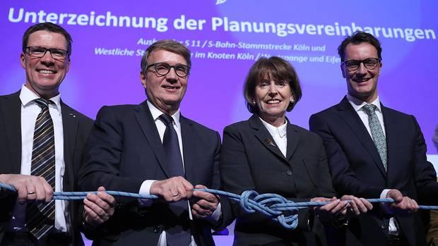 Im Schienennetz der Deutschen Bahn gibt es noch den einen oder anderen Knoten zu lösen. Zweiter von links: Ronald Pofalla, seit 2015 im Vorstand der Deutschen Bahn für die Infrastruktur zuständig.