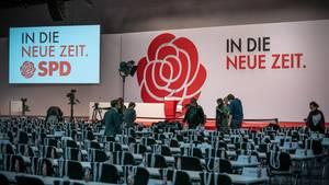 """Die Halle im """"City Cube"""" in Berlinwird für den SPD Bundesparteitag unter dem Slogan """"In die neue Zeit"""" vorbereitet"""