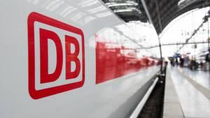 Das Logo der Deutschen Bahn an einem ICE