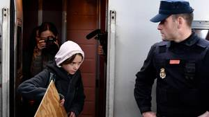 Mit apuze und gesenktem Blick steigt Greta Thunberg aus einem Zug aus