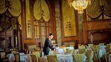 """Ein Kellner deckt die Tische im Sternerestaurant """"Côté Royal"""" des Hotels """"Le Royal"""" in Deauville für den Abend ein"""