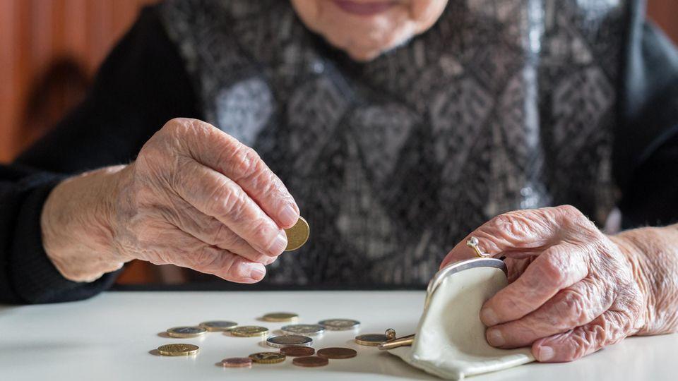 Frau zählt Kleingeld