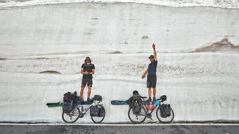 Bild 1 der Fotostrecke zum Klicken:Die beiden Protagonisten:Jochen Mesle und Max Kroneck legen auf ihrer Rad- und Skitour durch die Alpen eine Pause amGroßen St. Bernhard ein. IhreDie Fahrt begann am 26. April 2018 und dauerte 42 Tage.