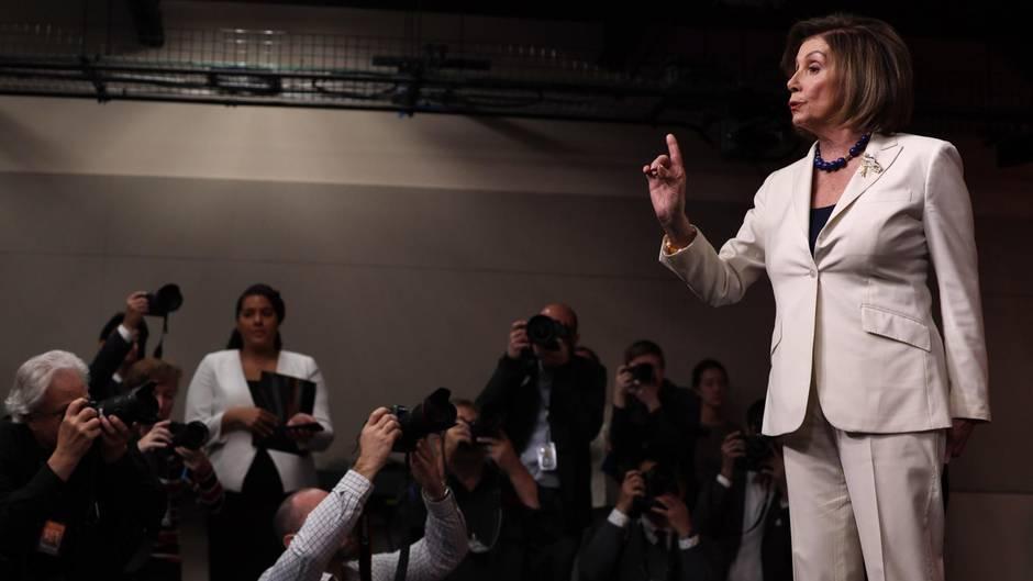 Ein eher aufwühlender Moment für die Vorsitzende des US-Repräsentantenhauses, Nancy Pelosi.