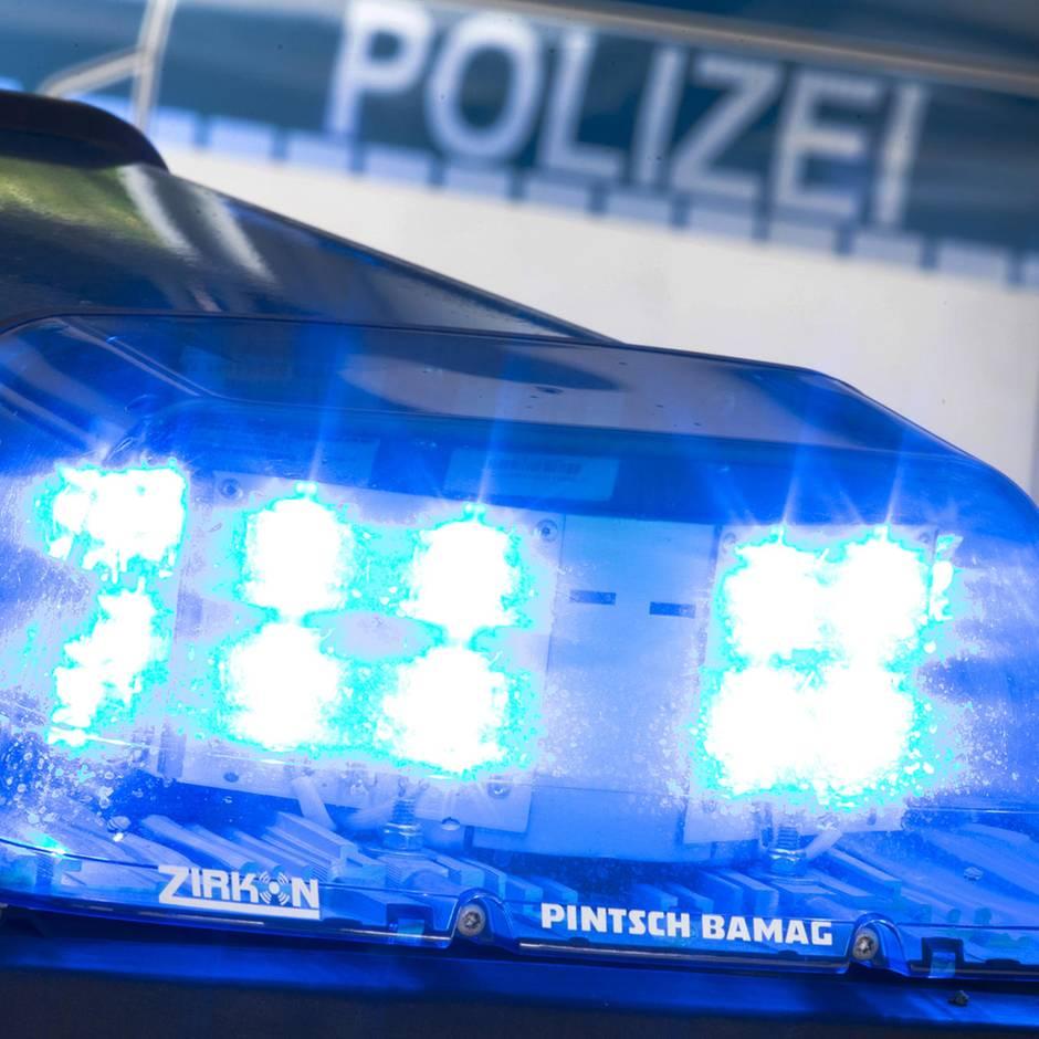 Nachrichten aus Deutschland: Anhänger mit Auto drauf macht sich selbständig und landet auf dem Kopf