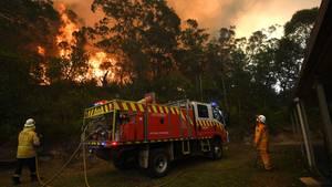 Feuerwehrleute löschen ein Grundstück nordwestlich von Sydney