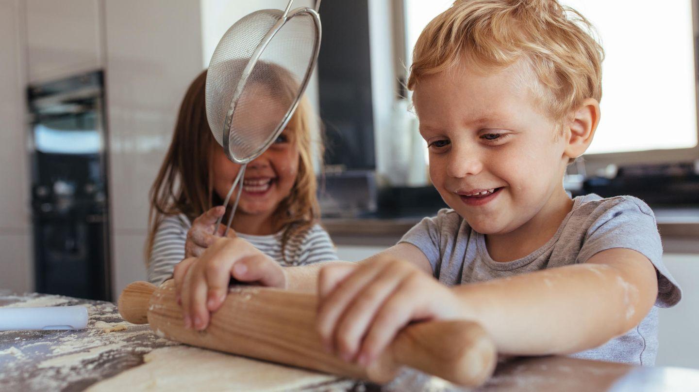 Zwei Kinder bearbeiten Teig