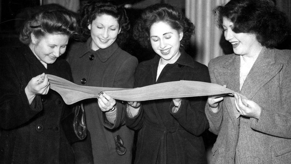 Frauen betrachten einen Nylonstrumpf