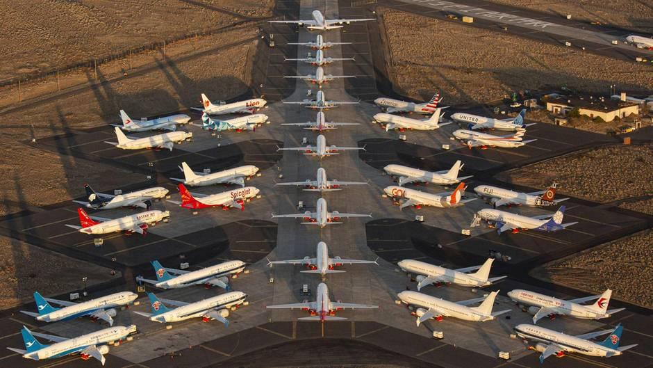 Dutzende von fabrikneuen Boeing 737 Maxstehen auf demGrant County International Airport in Moses Lake im Bundesstaat Washington.