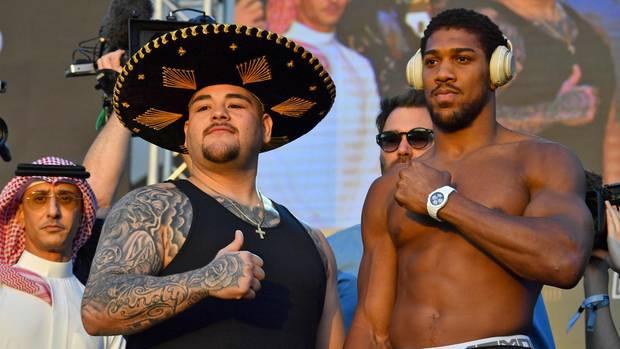 Ein bisschen Folklore muss sein: Der Mexikaner und Titelverteidiger Andy Ruiz tritt zum Wiegen mit Sombrero an, Herausforderer Antohny Joshua gibt eher den lässigen Styler