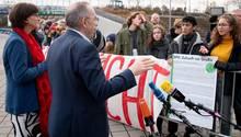 Saskia Esken und Norbert Walter-Borjans diskutieren in Berlin während des Parteitages mit Klima-Schützern