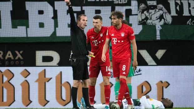 Die spielentscheidende Szene: Javier Martinez holt Marcus Thuram im Strafraum von den Beinen und sieht Gelb-Rot