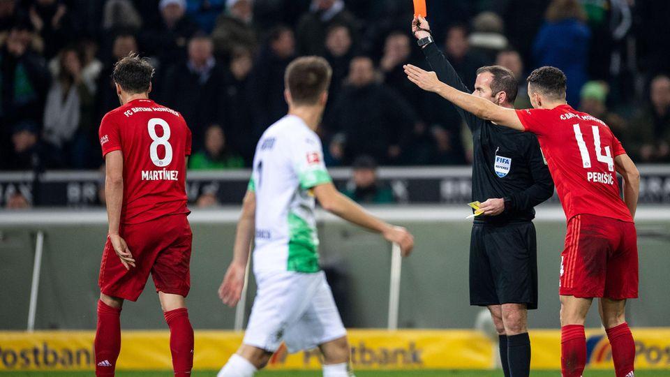 Javier Martinez stampft vollkommen bedient vom Rasen. Durch seine plumpe Aktion gegen Thuram und den anschließenden Sttrafstoß gewan Gladbach das Spiel gegen die Bayern
