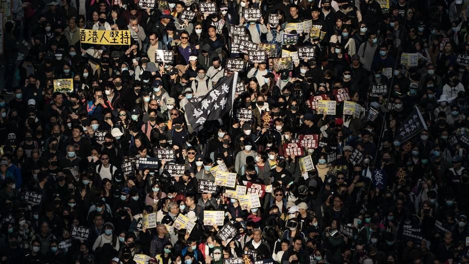 Der Rückhalt für die Bewegung ist ungebrochen: Am Sonntag sind in Hongkong 800.000 Menschen auf die Straße geganegen.