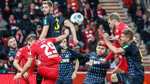 """Kein Kölner kommt an den Ball, den Union Berlins Stürmer Sebastian Andersson (2.v.re.) zum 1:0 für die """"Eisernen"""" ins Tor köpft."""