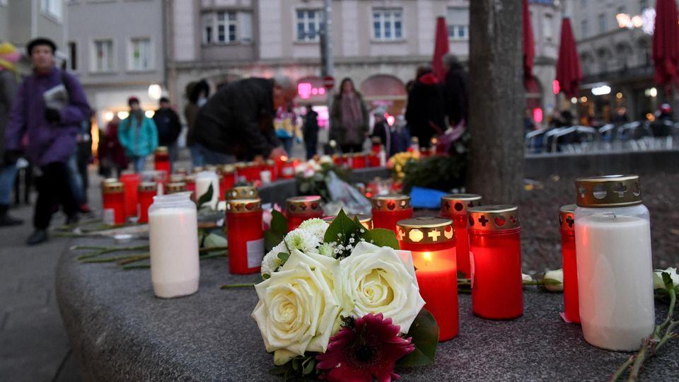 Improvisierte Gedenkstätte auf dem Königsplatz in Augsburg