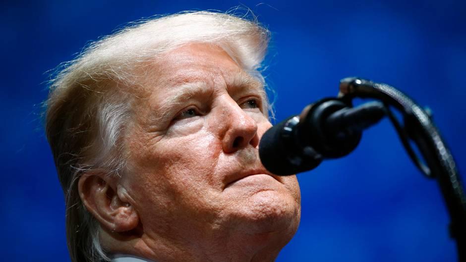 US-Präsident Trump verkniffen am Mikrofon