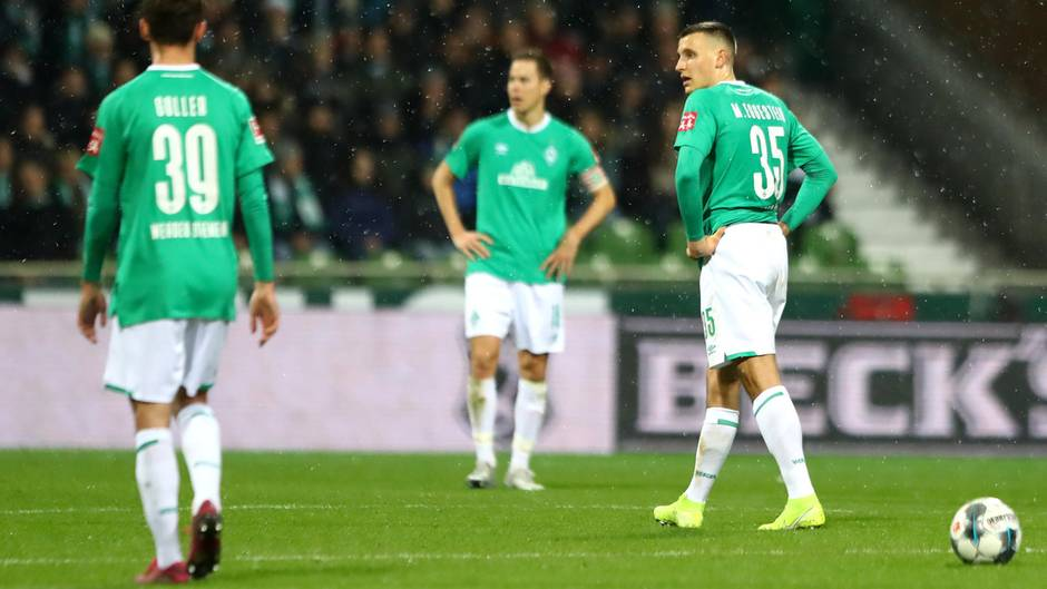 Bremer Spieler bedient nach dem 0:1 gegen Paderborn