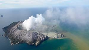 Über der Insel White Island ist eine riesige Aschewolke zu sehen