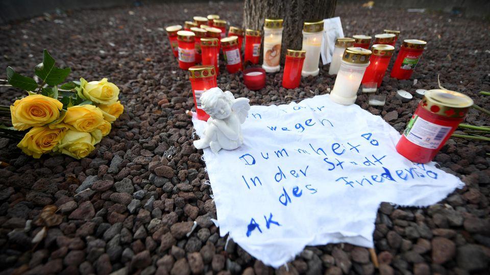 Kerzen und eine Engelsfigur erinnern an den verstorbenen Feuerwehrmann