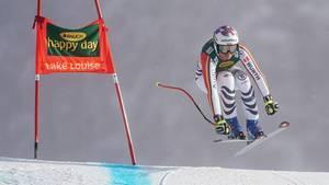 Viktoria Rebensburg bei einem Sprung während des Super-G in Lake Louise