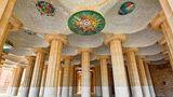 Halle von innen mit vielen Säulen