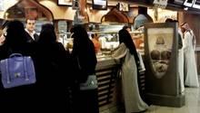 Frauen stehen in einem Restaurant in Saudi-Arabien