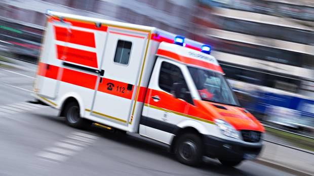 Nachrichten aus Deutschland – Rettungswagen fährt mit Blaulicht auf Straße