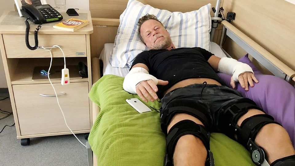 TV-Reporter Jenke von Wilmsdorff liegt auf dem Bett in einem Pflegeheim