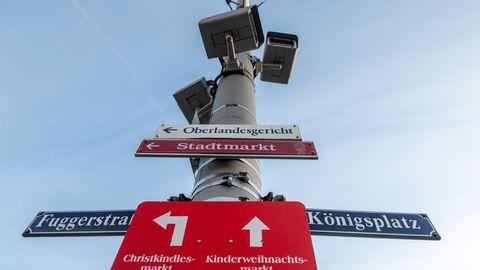 Augsburg: Am Königsplatz sind an einem Mast Videoüberwachungskamneras angebracht