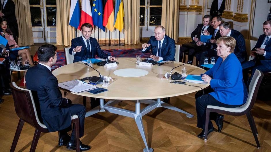 Selenskyj, Macron, Putin und merkel (von links nach rechts) beim Treffen in Paris