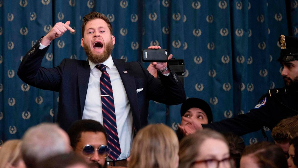 """Lautstarker Protest: Trump-Fan rastet bei Impeachment-Anhörung aus: """"Amerika hat die Schnauze voll!"""""""