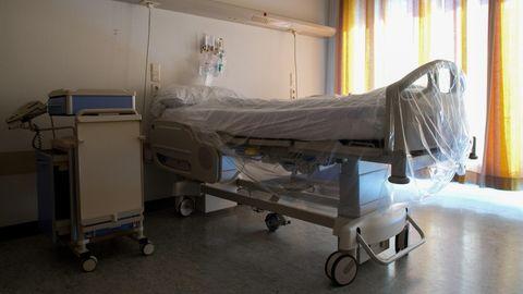 Palliativversorgung: Ein mit Folie überzogenes Bett steht in einem Krankenhauszimmer