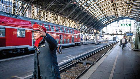 DB Mitarbeiterin Daniela Pelger auf dem Bahngleis