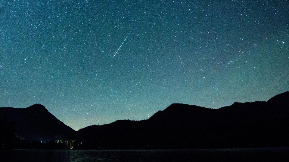 Eine Sternschnuppe über dem Walchensee