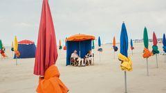 """Bild 1 von 10 der Fotostrecke zum Klicken:Entspannte Stunden am Strand vor den Planches de Deauville. Ein Motiv aus dem Bildband """"Normandie"""" von Nicole Strasser, der im Mare Verlag erschien."""