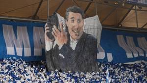 Schalkes ehemaliger Manager Rudi Assauer wird mit einer Choreographie vor Spielbeginn in der Veltins-Arena gewürdigt