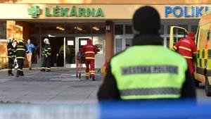 Ein Polizeibeamter steht auf dem Gelände des Universitätsklinikums in Ostrava