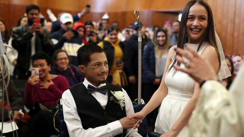 Bräutigam Javier Rodriguez hält die Hand seiner High-School-Liebe Crystal Cuevas
